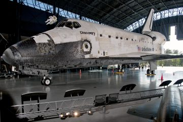 Space Shuttle Discovery enters the hangar